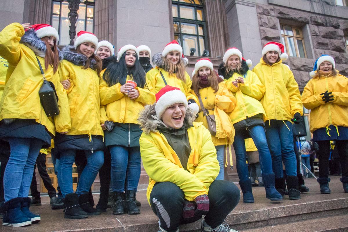 Одетые в новогодние костюмы участники сосредоточились возле входа в Киевскую городскую администрацию
