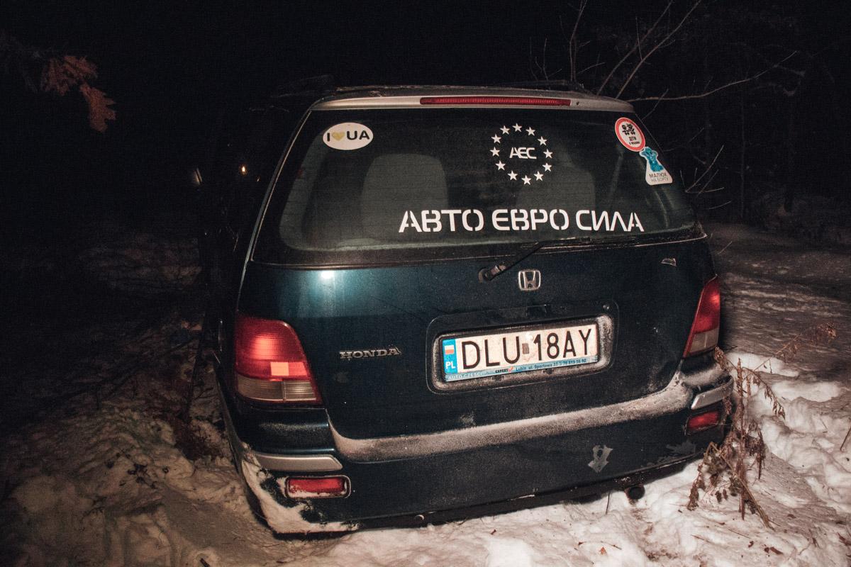 На автомобиле есть наклейка Авто Евро Силы