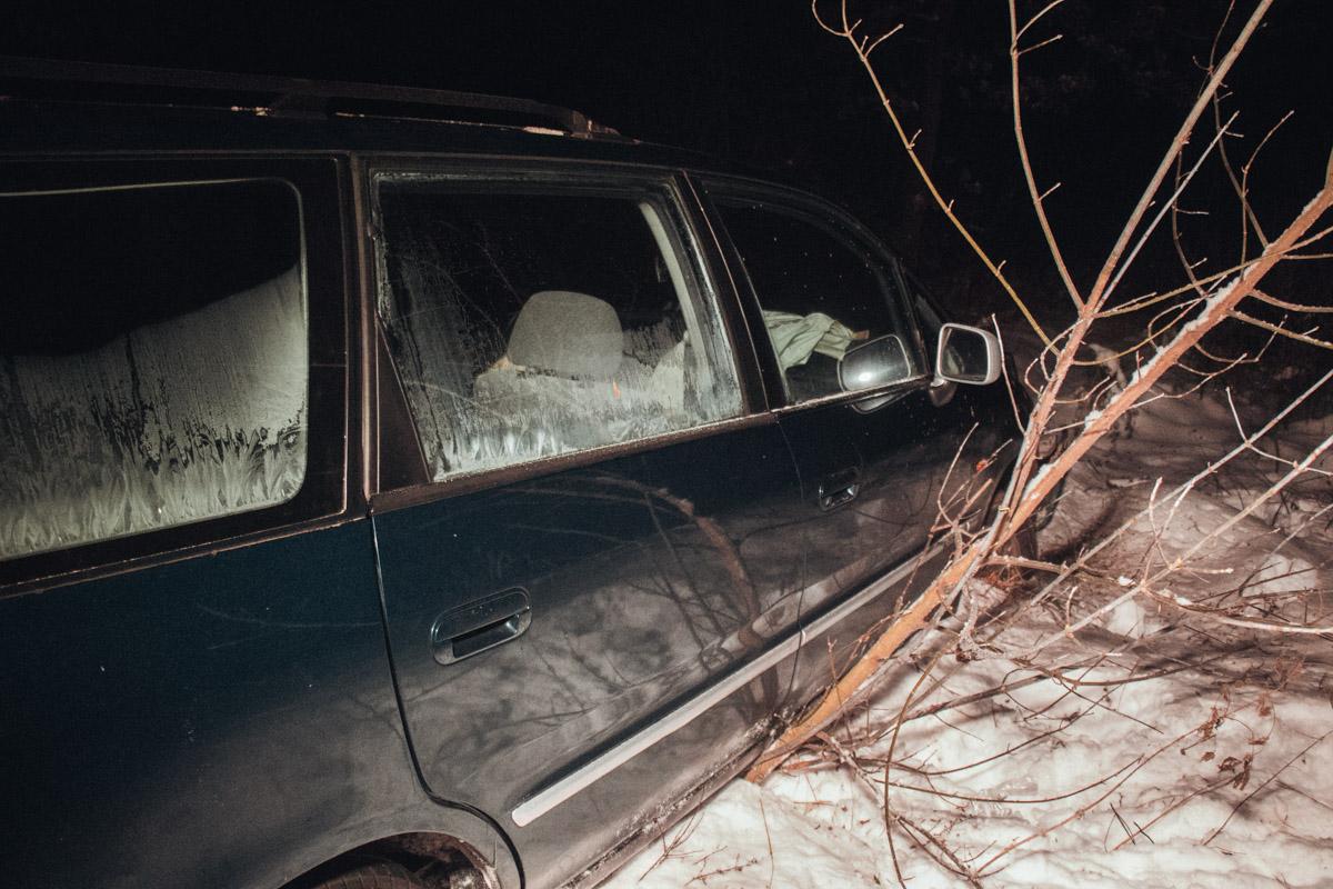 Автомобиль заехал в лес на 7 метров
