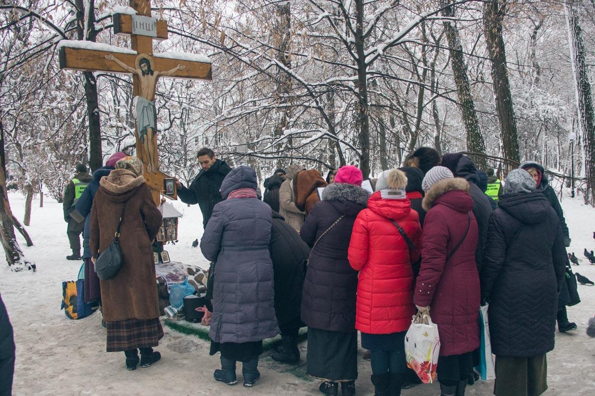 В Мариинском парке прихожане молились иконам