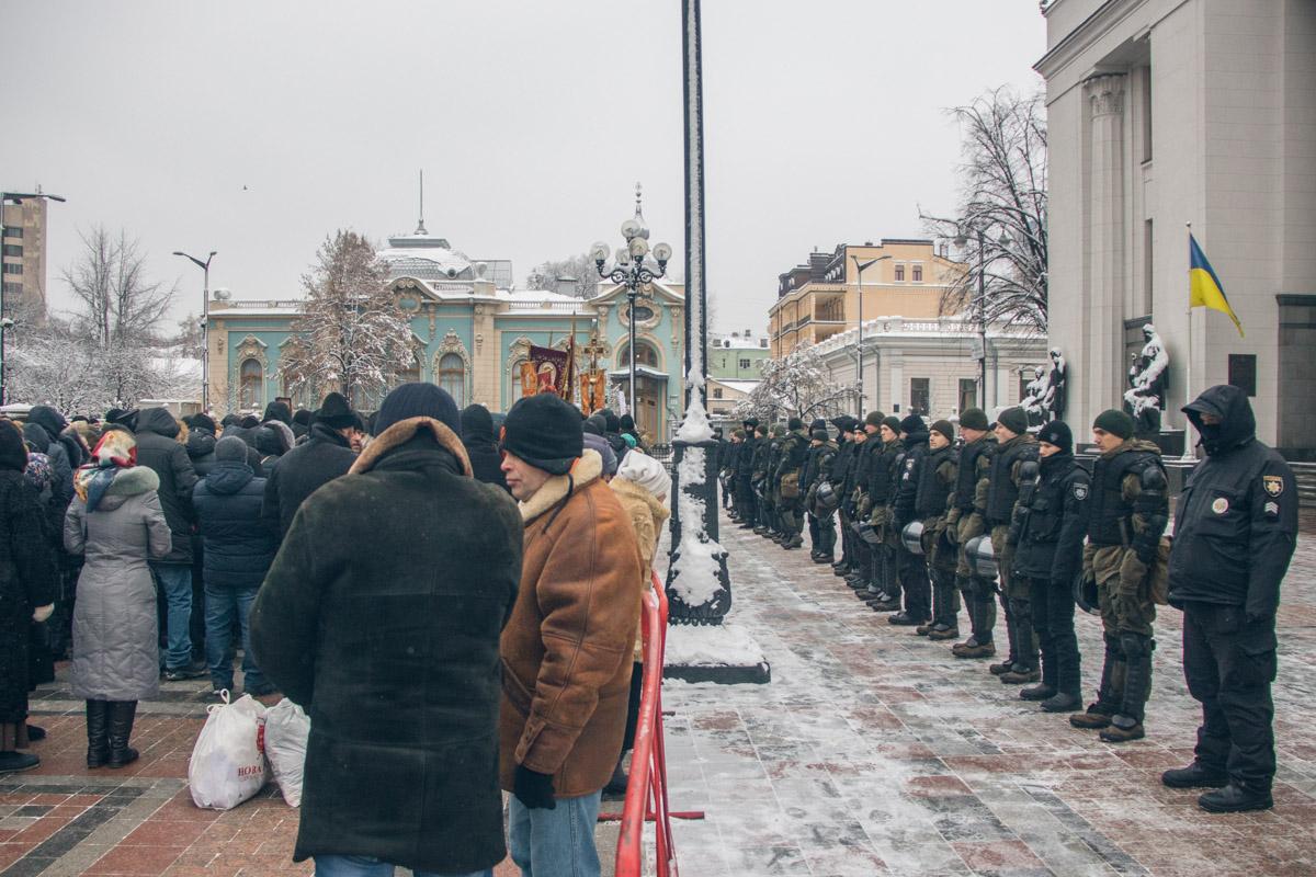 Парламент охраняли бойцы Нацгвардии и полиция