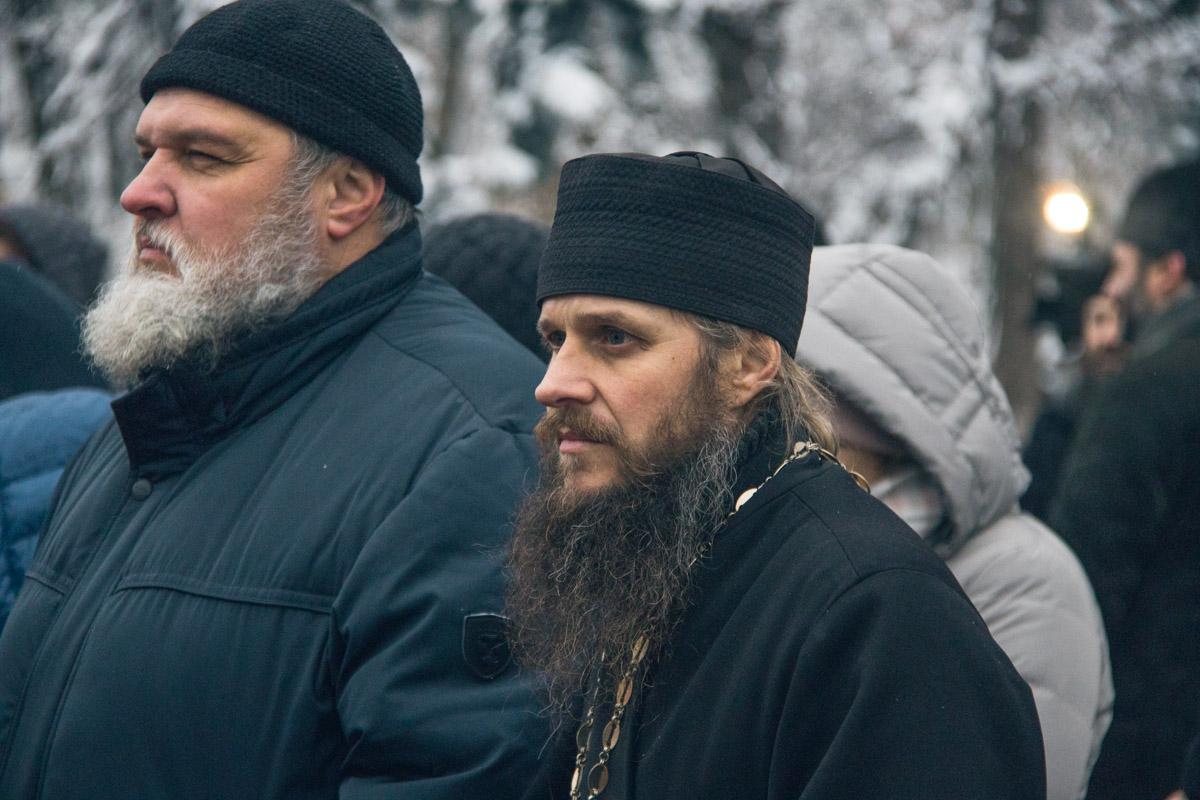 Среди митингующих было много священников