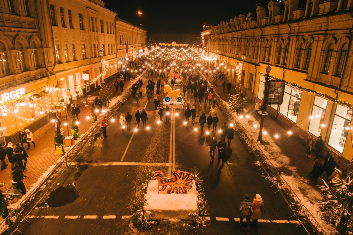 Яркие огни сверкают совсем по-новогоднему