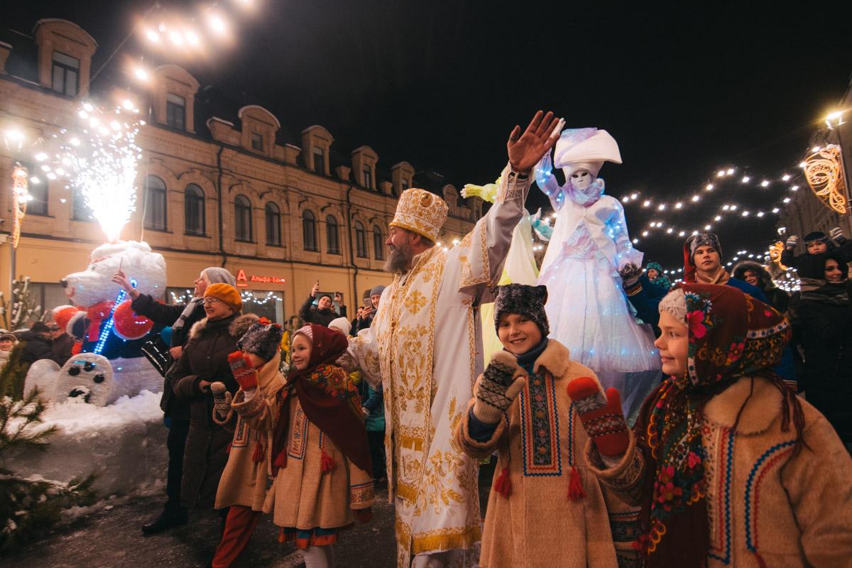 Под звуки барабанов и радостные приветствия горожан святой Николай идет к своей резиденции