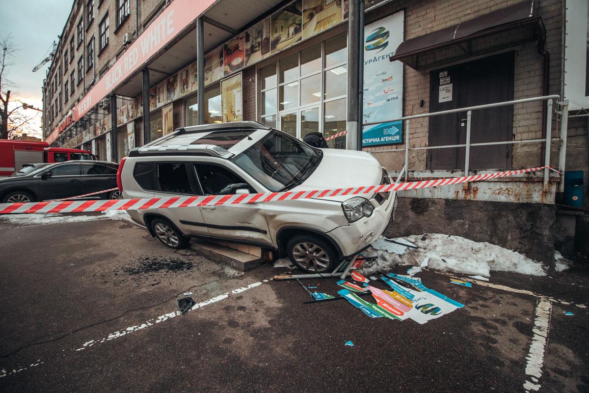 Пытаясь уйти от обстрела, водитель Nissan задел припаркованный Porsche и влетел на ступени магазина