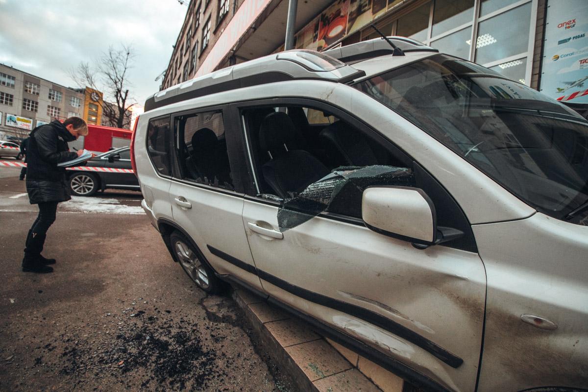 Люди в масках на автомобиле Volvo открыли огонь по автомобилю Nissan и украли деньги