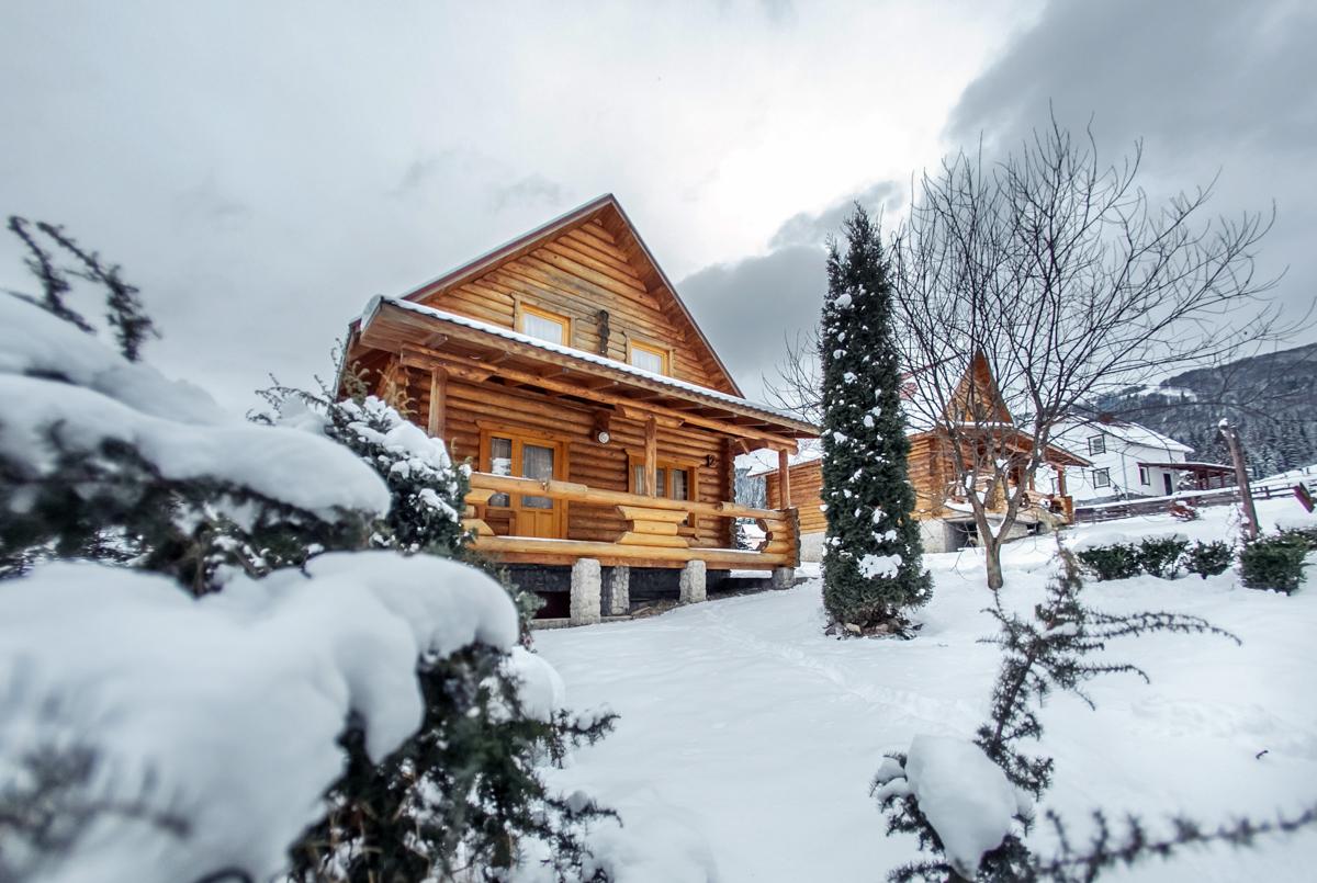 Отдельные деревянные коттеджи, построенные из деревянного бруса, сохраняют неповторимый местный колорит и атмосферу