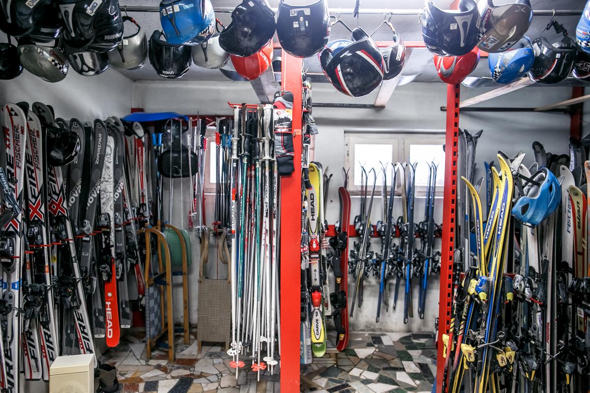 В комплект входят лыжи, палки и ботинки