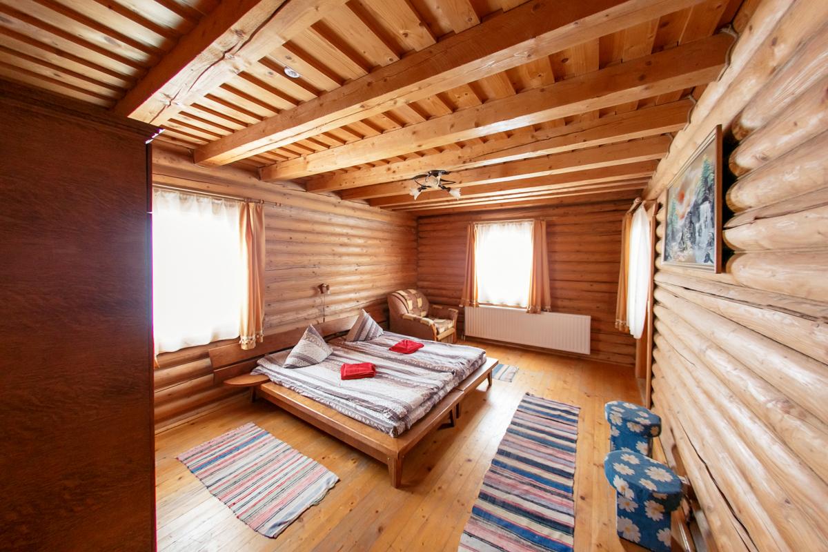 Также на территории турбазы расположен комплекс из 3-х шестиместных и 3-х восьмиместных деревянных коттеджей