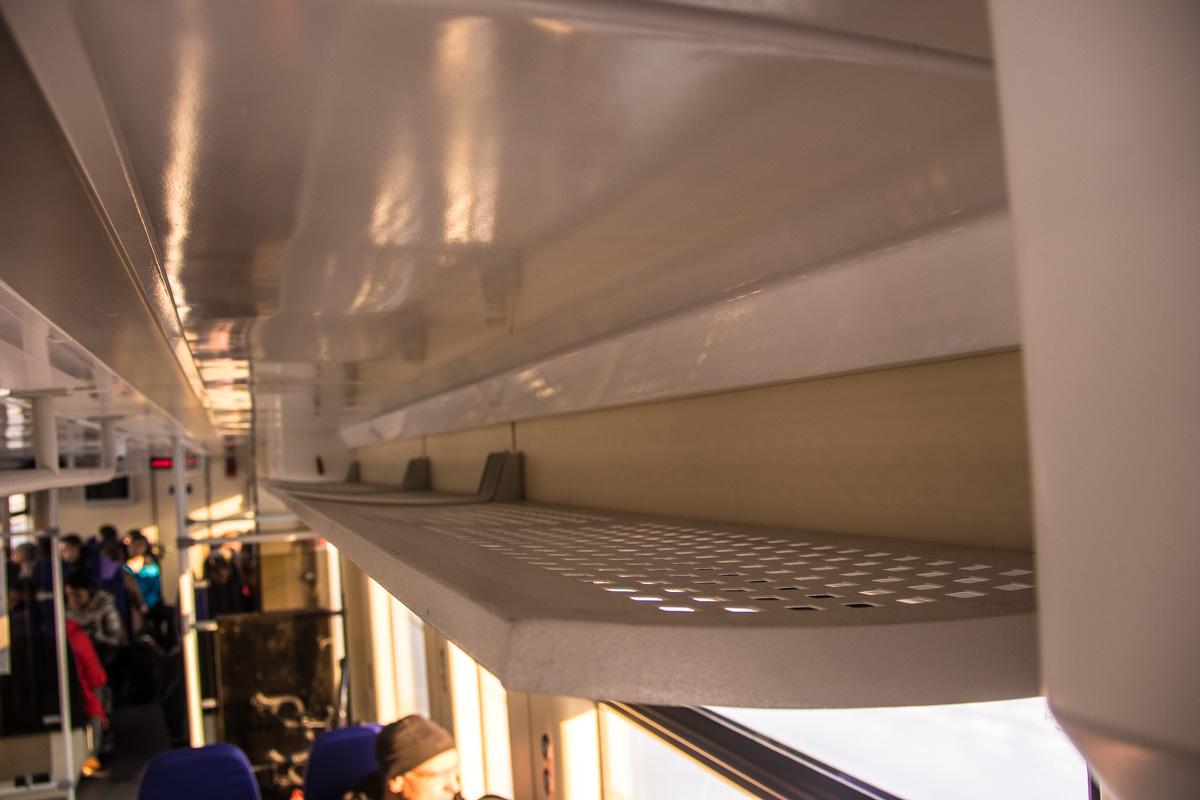 Некоторым пассажирам верхние полки для ручной клади показались узкими