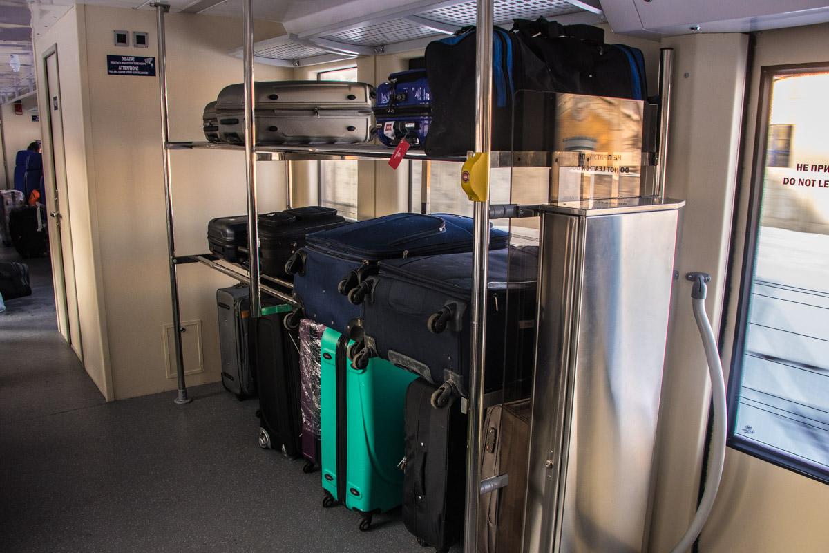 Полки для багажа находятся сразу возле двери