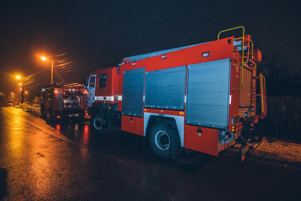 Прибывшие на место спасатели установили, что возгорание произошло возле печной трубы частного дома