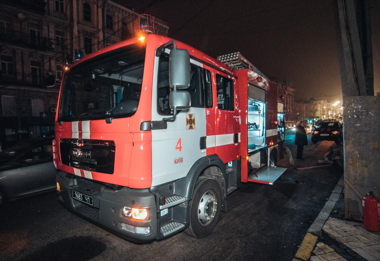 Также возле здания дежурили две пожарные машины