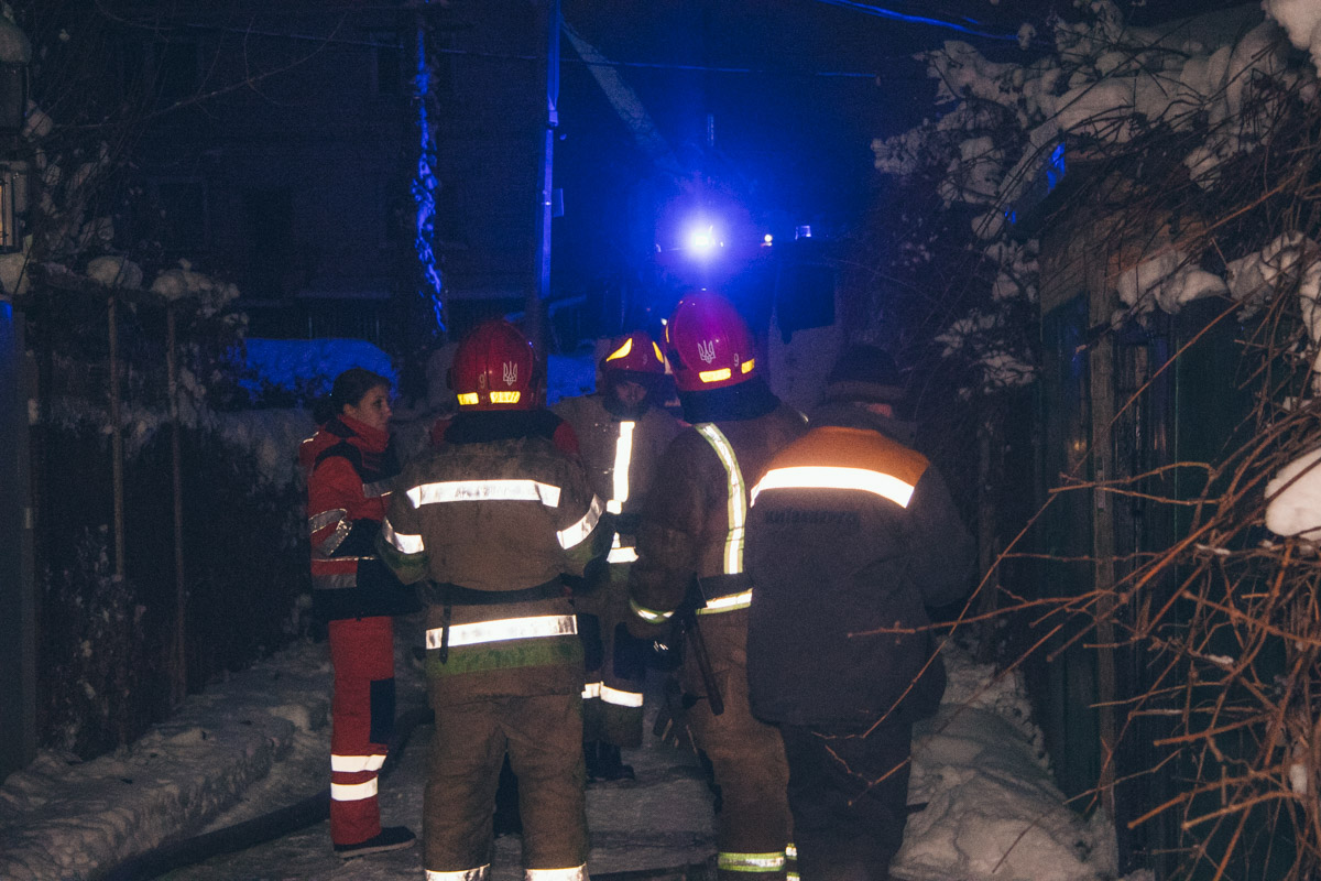 В 00:58 сотрудникам ГСЧС удалось локализовать возгорание на площади 60 квадратных метров и не дать огню распространиться на соседние дома