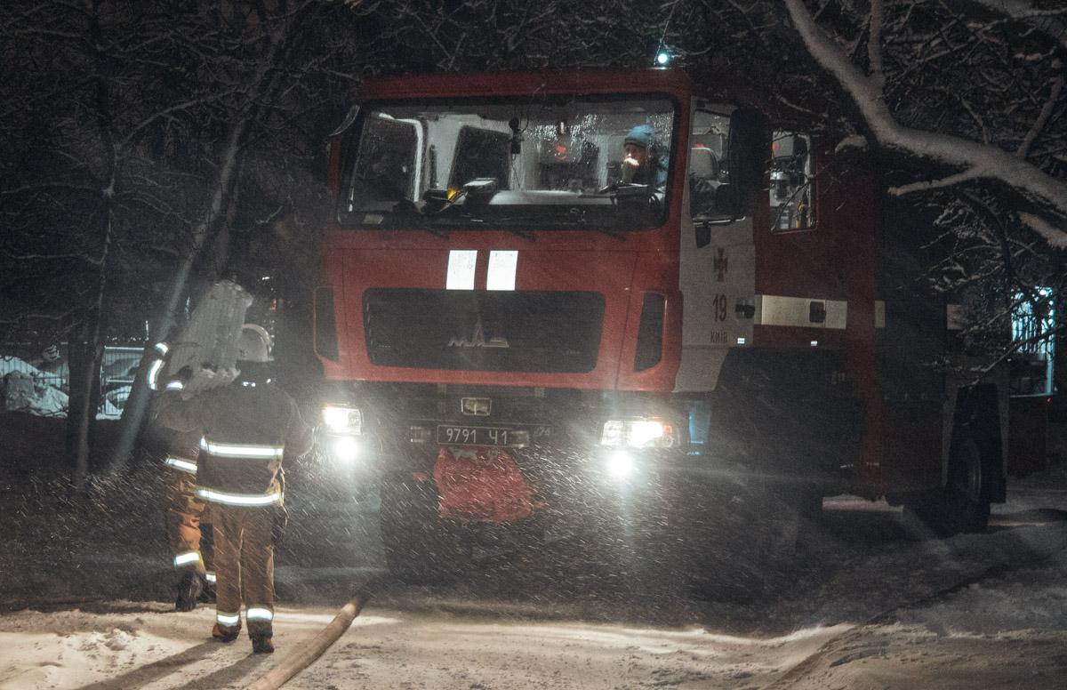 На месте работали четыре единицы основной и специальной техники, а также дежурили медики и полиция