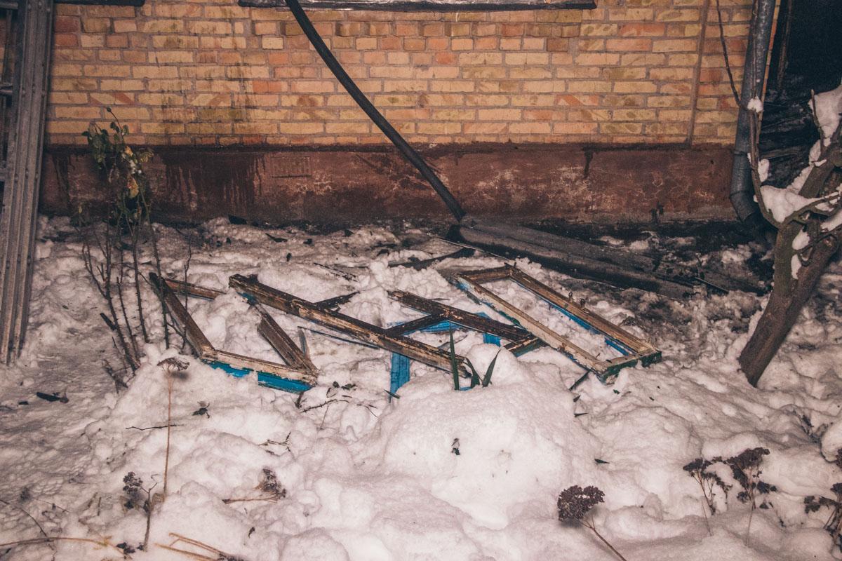 Чтобы пролить тлеющие деревянные конструкции, пожарные практически полностью разобрали крышу дома