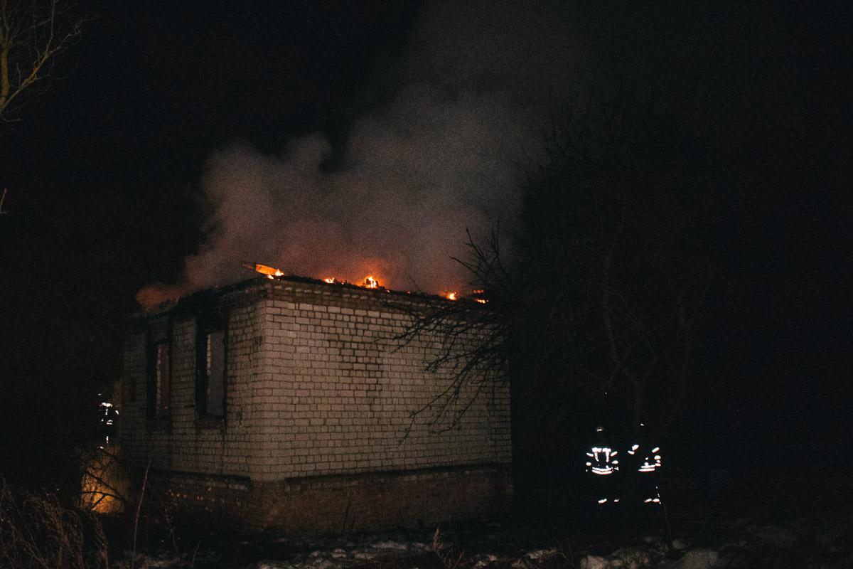 Огонь уничтожил здание полностью, остались лишь кирпичные стены