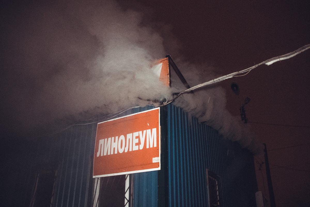 В результате пожара в небо поднимался черный густой дым