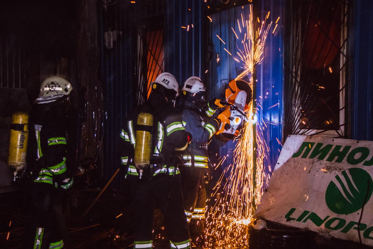 Они вскрыли двери в помещение бензорезом, когда огонь уже выбил все стекла и продолжал пылать