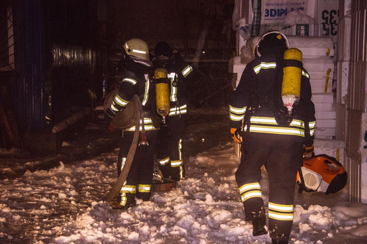 Сообщение о возгорании поступили на линии экстренных служб около 02:40