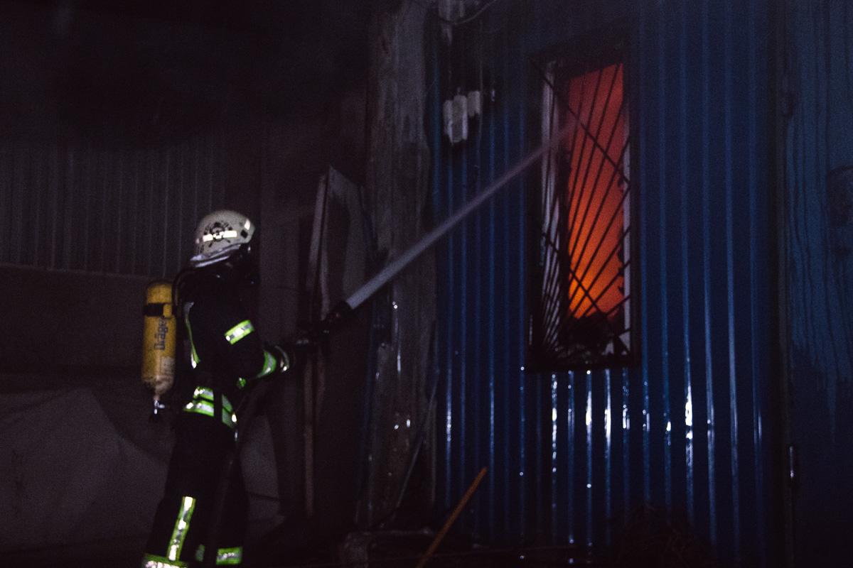 По состоянию на 03:50, возгорание еще не локализовали, а огонь с одного помещения с линолеумом и древесиной продолжал распространяться дальше на соседние здания