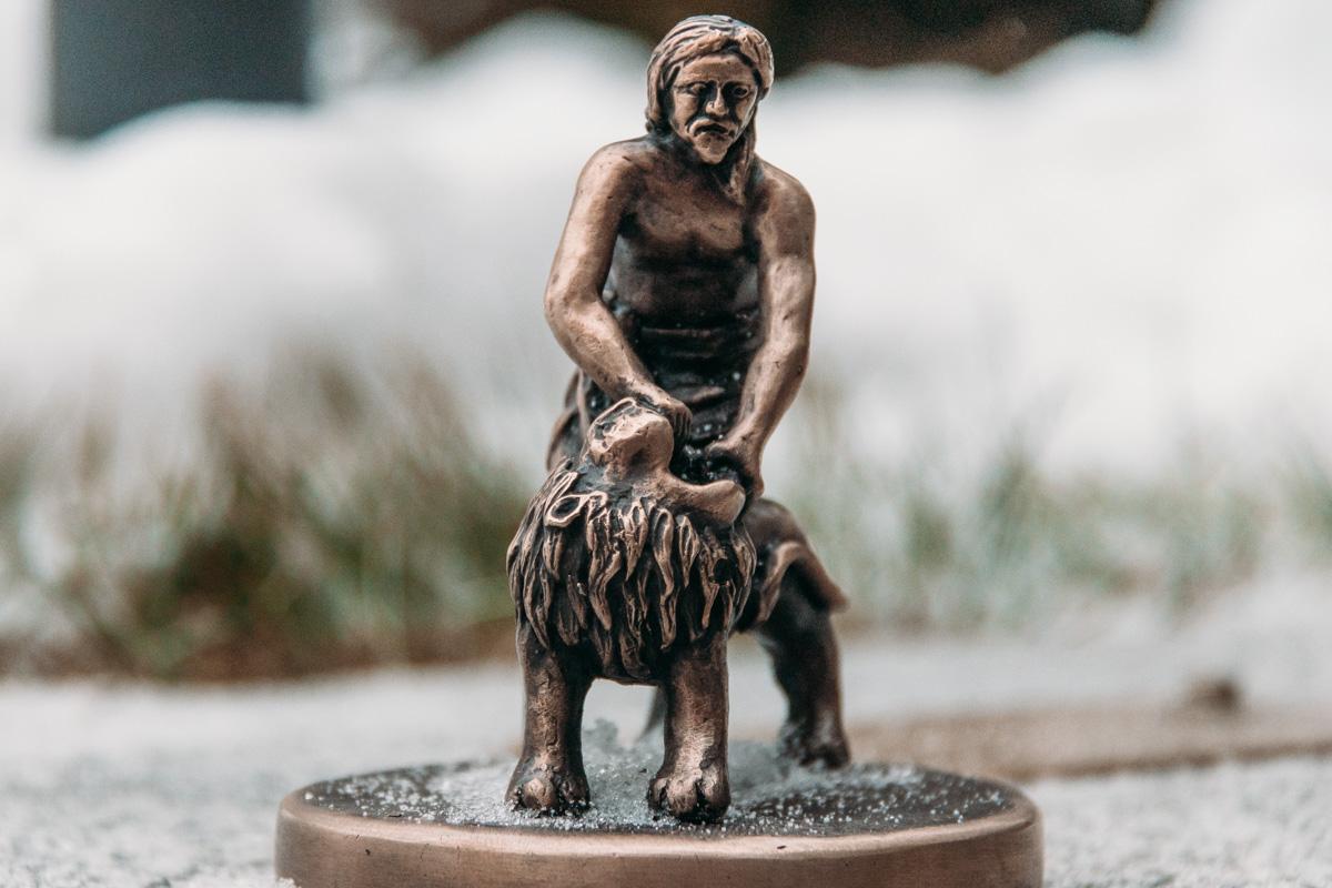 На ней изображен Самсон, разрывающий пасть льву