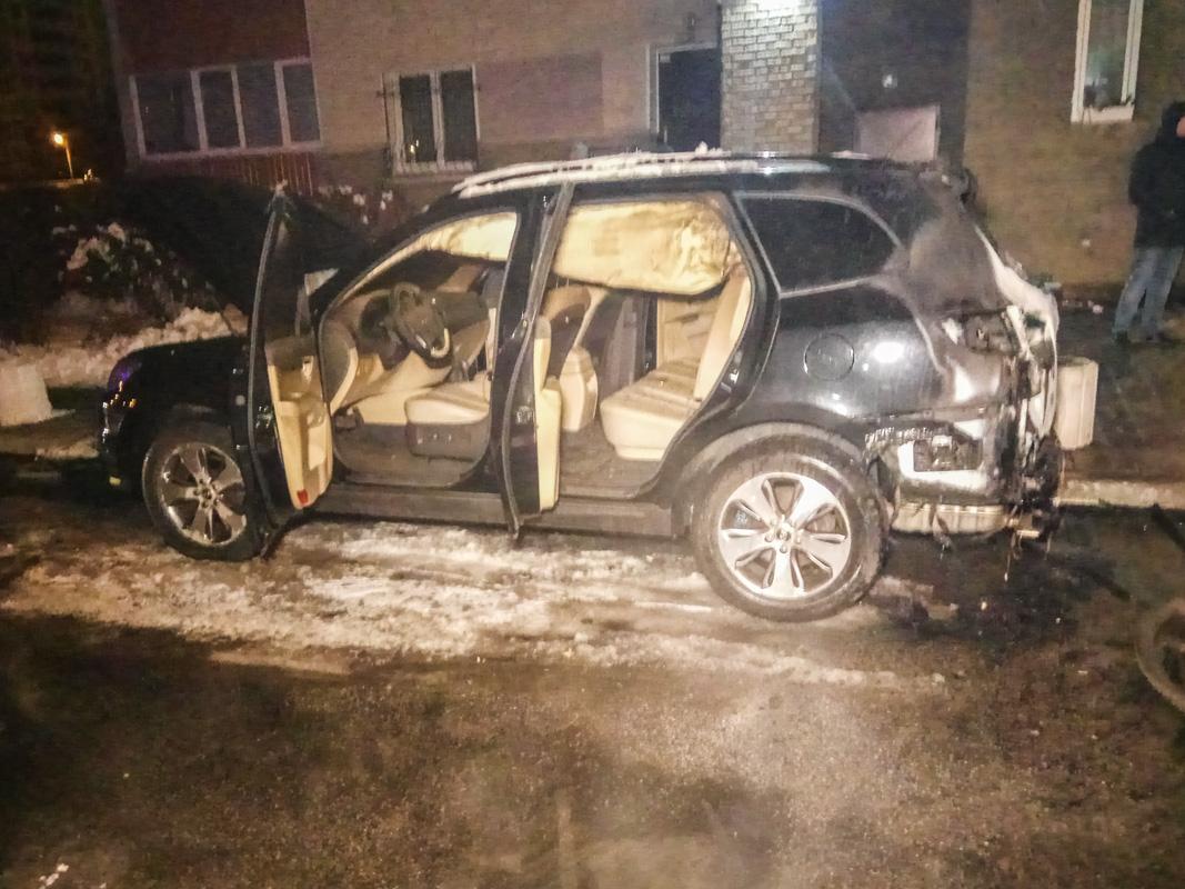 После этого пожар перекинулся на стоявший рядом кроссовер Hyundai