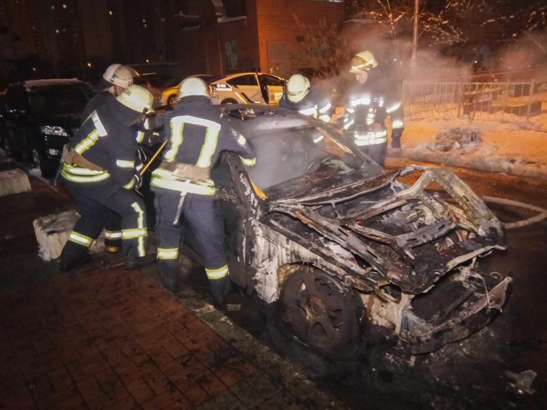 18 декабря в Киеве на улице Анны Ахматовой, 28 во дворе жилого дома сгорело два автомобиля
