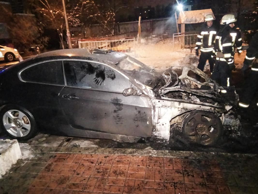 По словам свидетеля, мужчина в черном бросил сверток на капот BMW