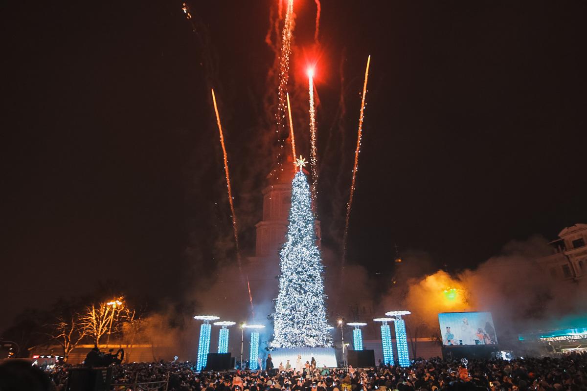 В самом центре Киева загорелась яркими огнями главная елка Украины