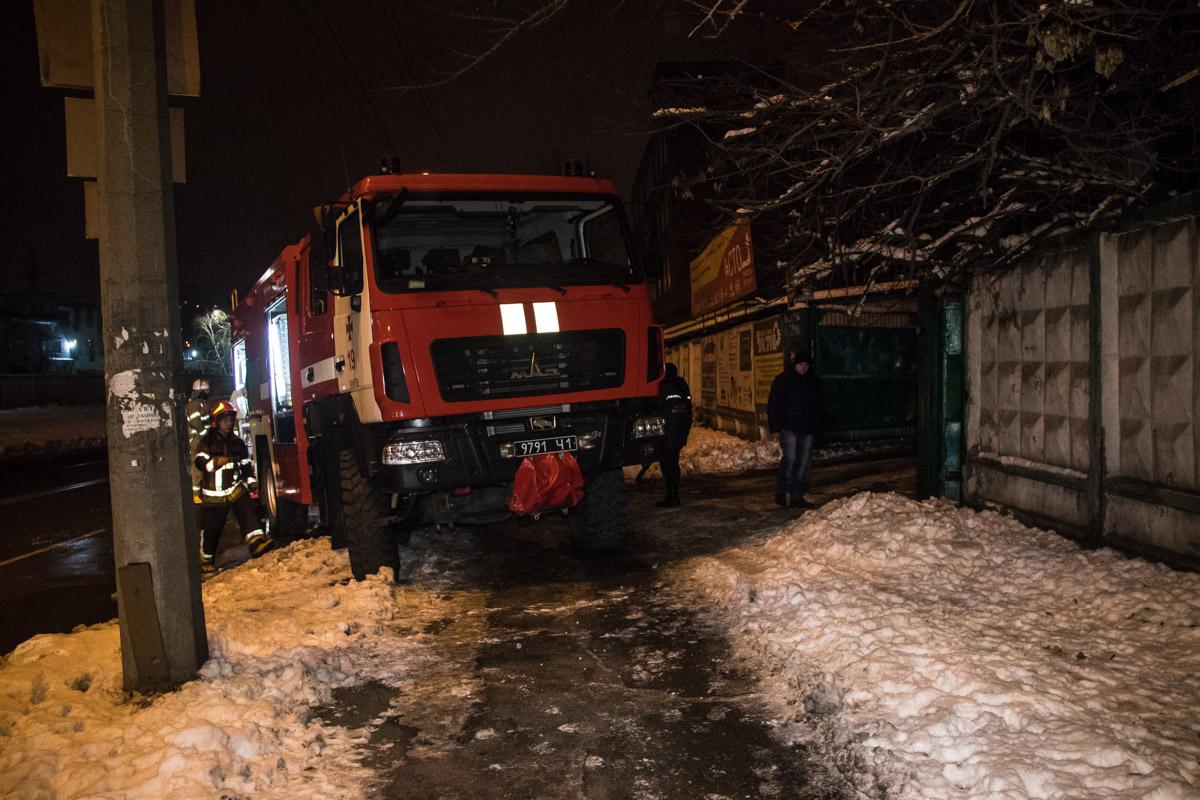 В Киеве на СТО по адресу улица Хоткевича, 13 произошел пожар