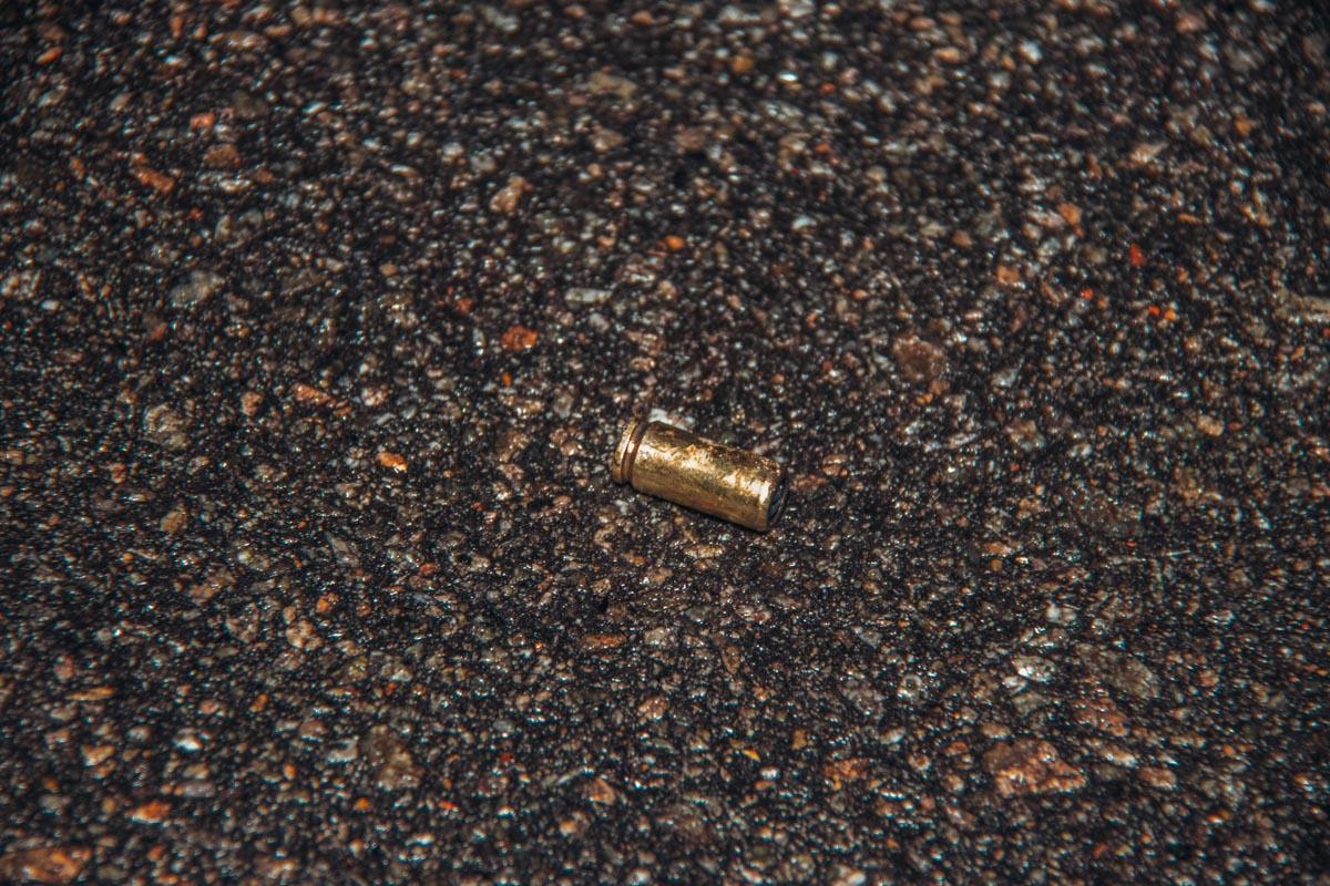 На месте инцидента остались гильзы, магазин от пистолета и множественные следы крови