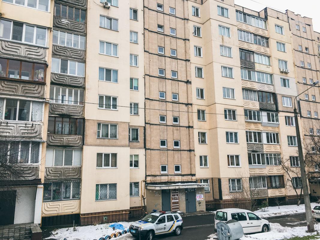 На улице Михаила Ломоносова мужчина выбросился из окна