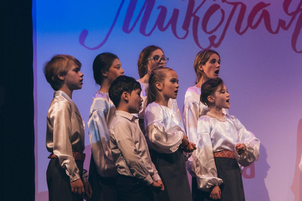 На сцене детский хор исполнял рождественские песни