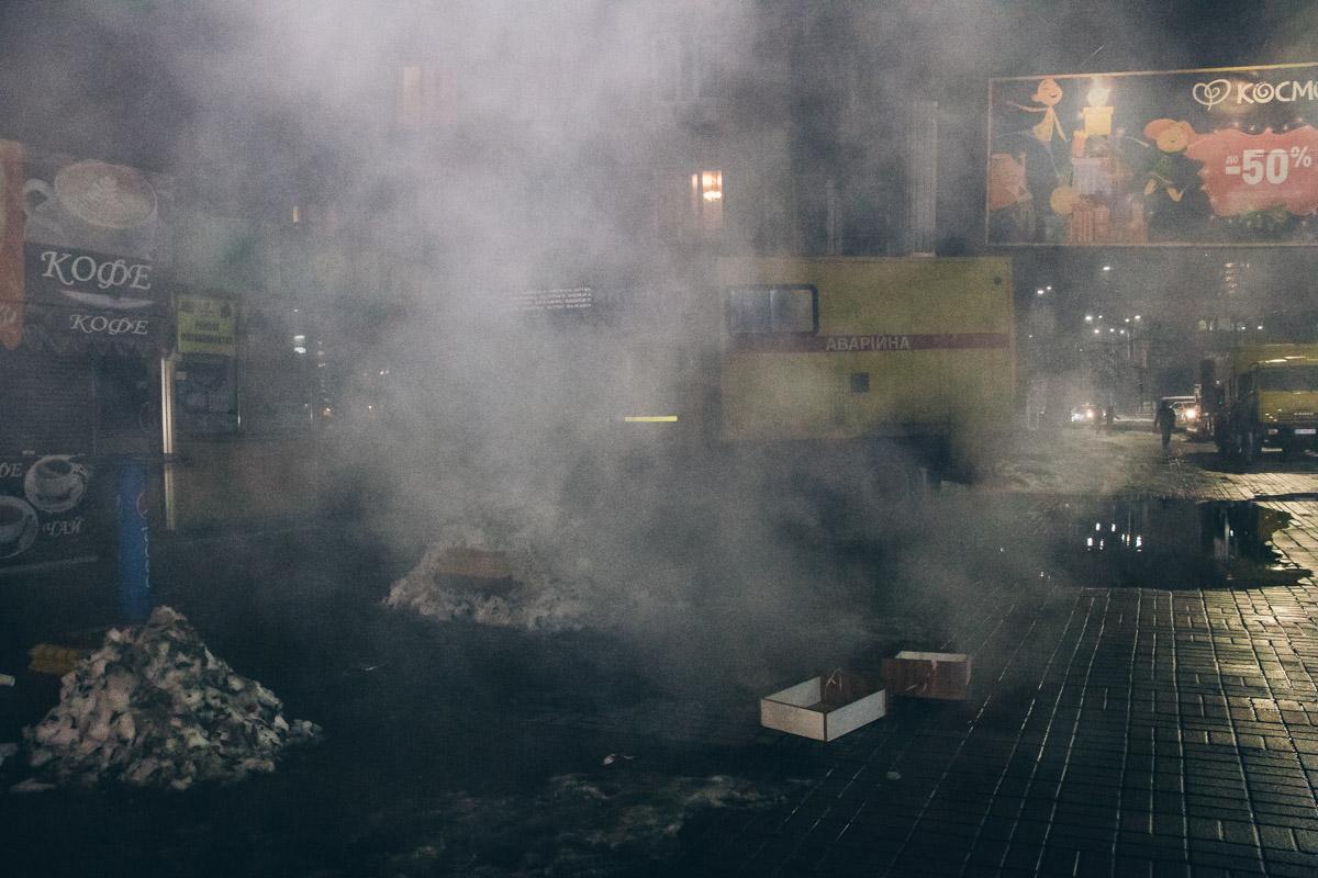 В районе Севастопольской площади произошел крупный прорыв трубы сетей теплоснабжения