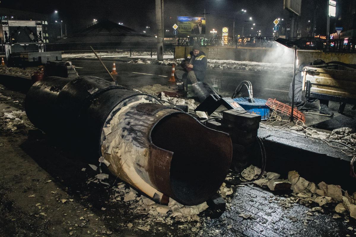 Прорвало трубу сетей теплоснабжения диаметром 800 миллиметров