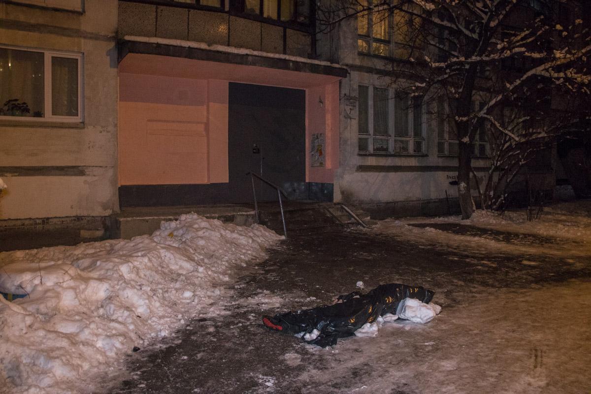 Тело лежало возле 16-этажного дома