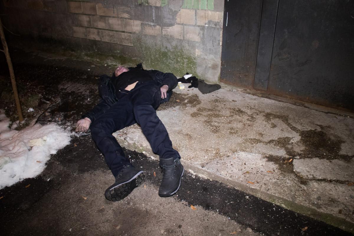 Возле у входа в подъезд дома по адресу улица Юности, 4 обнаружили бездыханное тело мужчины