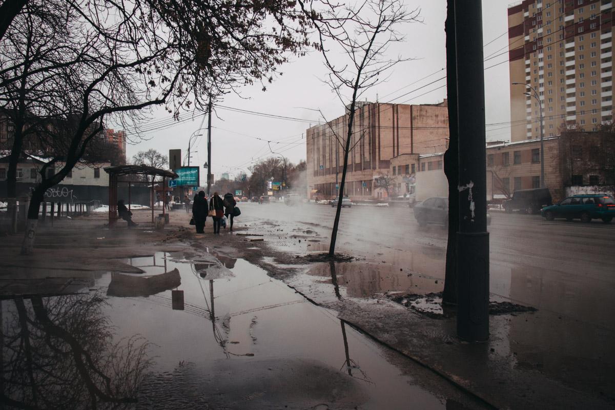 По предварительной информации, сильный поток горячей воды направлялся в сторону Севастопольской площади