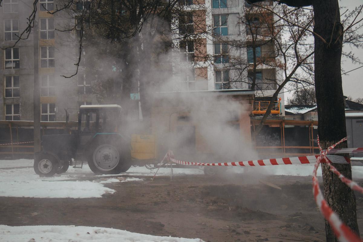 К тому же, в связи с плановыми работами по ремонту теплосетей сейчас по Киеву около тысячи домов остались без тепла