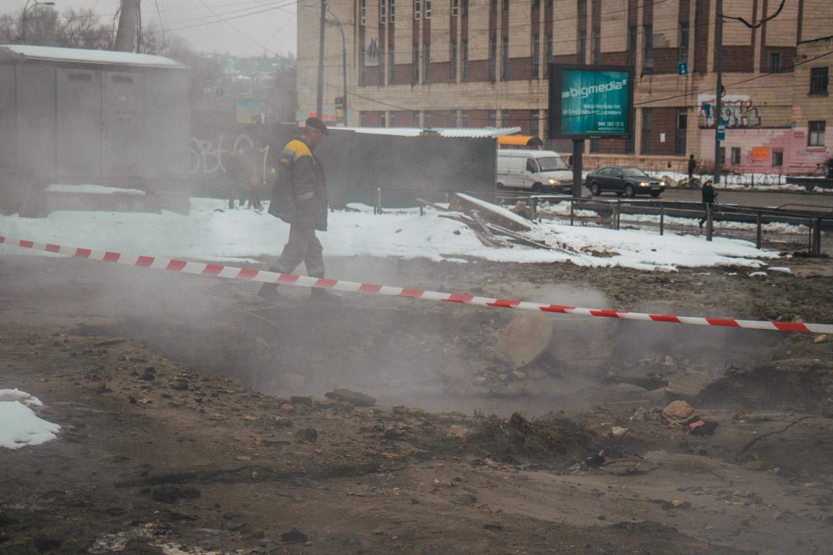Прорыв случился возле школы и Еконономико-правового техникума при МАУП на проспекте Лобановского, 146