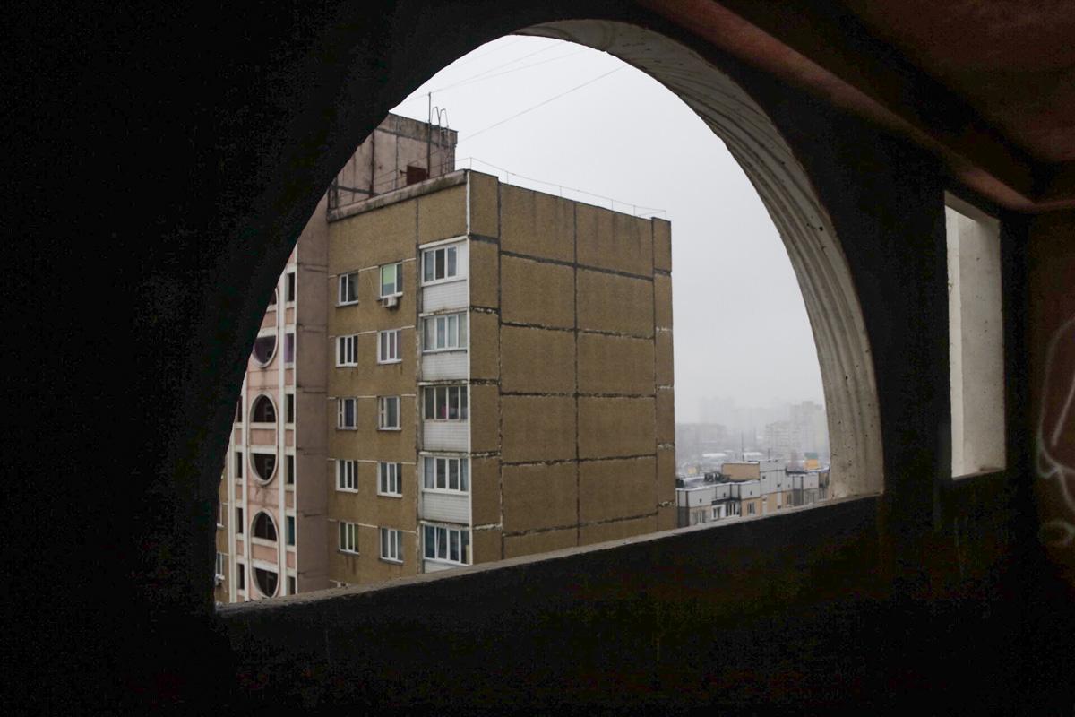 Там мужчина распивал спиртные напитки и после чего выпрыгнул с общего балкона