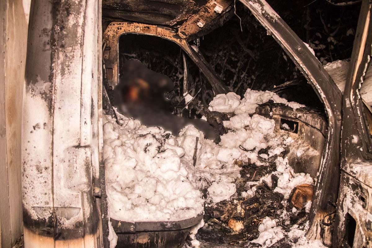 Причины возгорания пока неизвестны, но ни будка с товаром, ни двигатель автомобиля совсем не пострадали - пожар охватил только салон