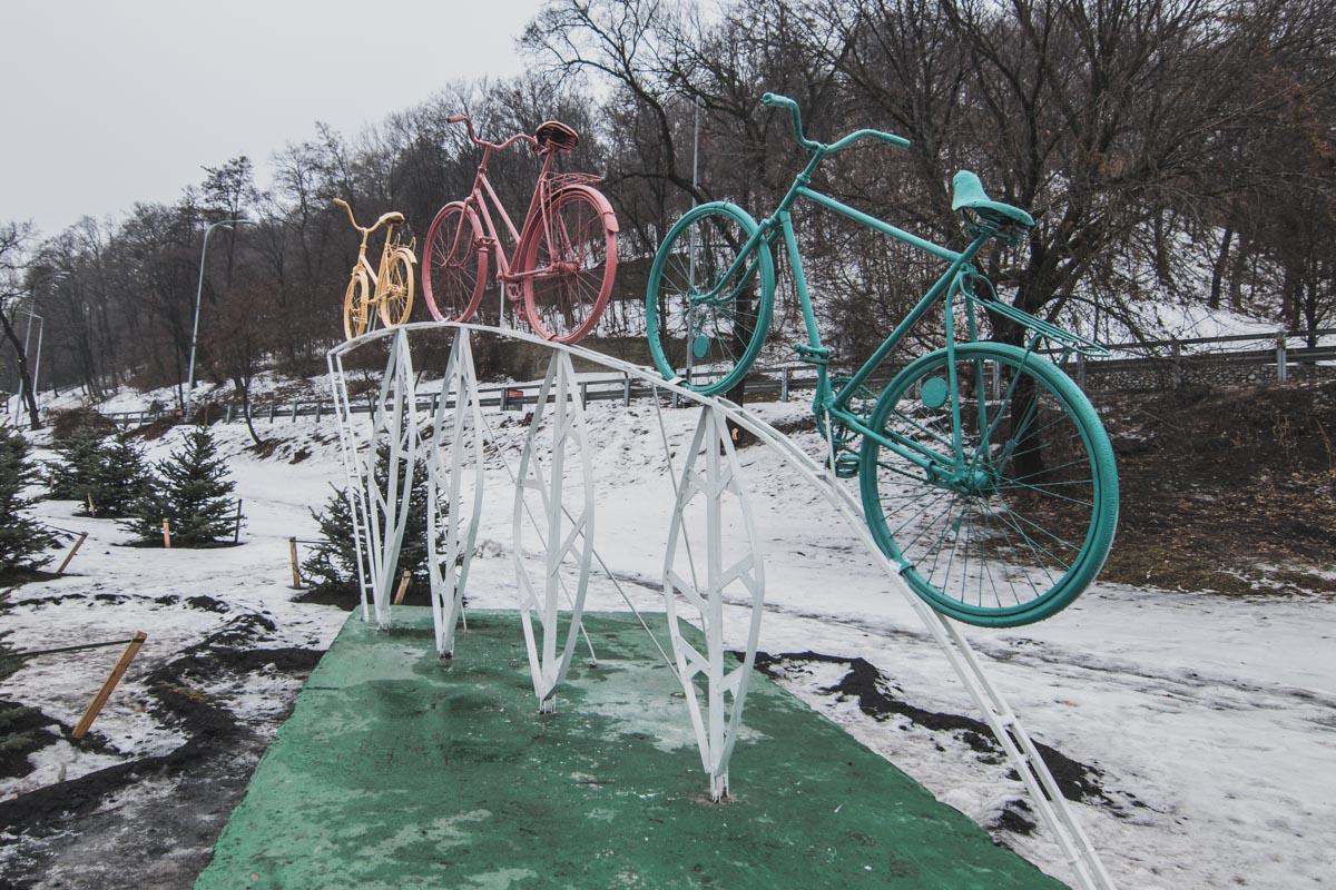 Велосипеды установили на пересечении Парковой дороги и Набережного шоссе