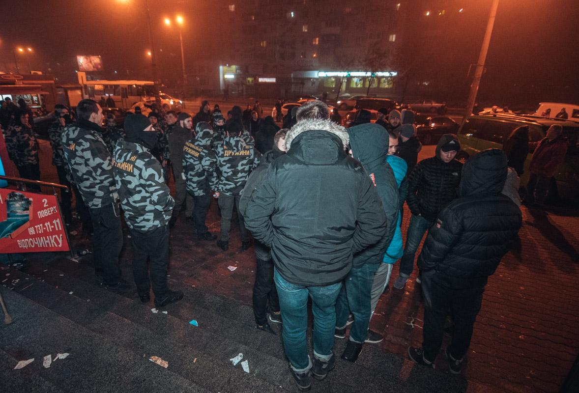 """Около 23:00 полицейские взяли здание под контроль, выгнав """"дружинников"""" на улицу"""