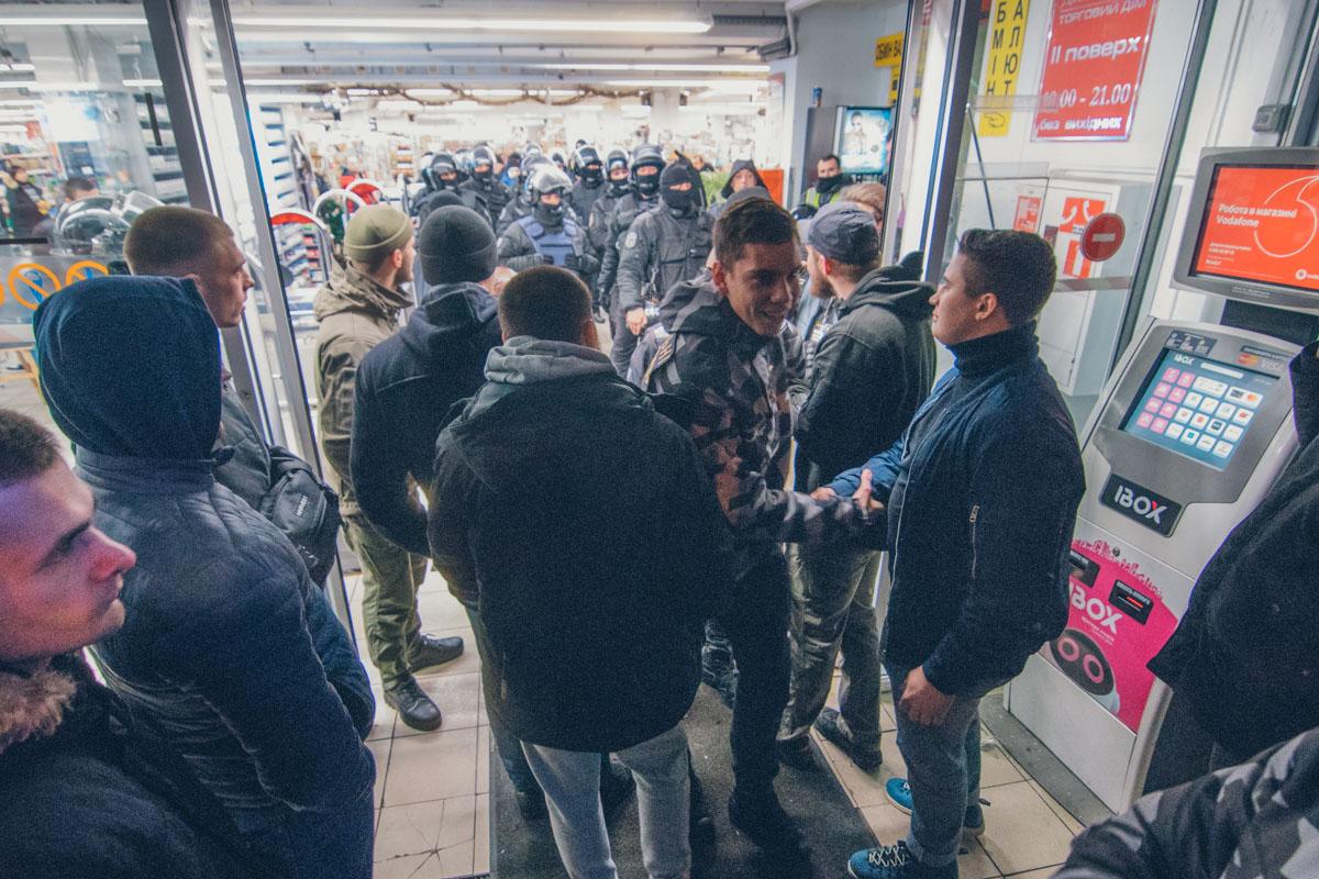 """В ходе столкновения полицейские задержали троих """"дружинников"""", однако быстро всех отпустили"""