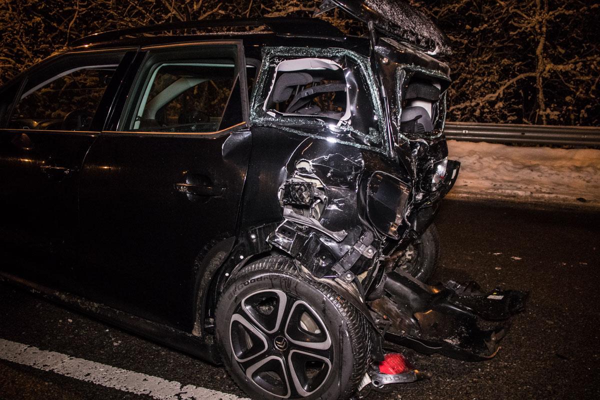 По словам водителяCitroen, он двигался по трассе в направлении Киева и стоял на светофоре, когда произошел сильный удар