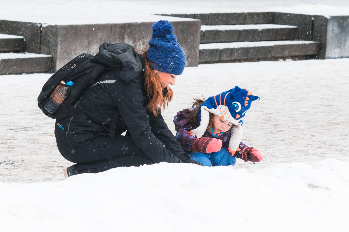 Поиграть в снежки, слепить снеговика и надышаться морозным воздухом - крутые идеи не только для малышей
