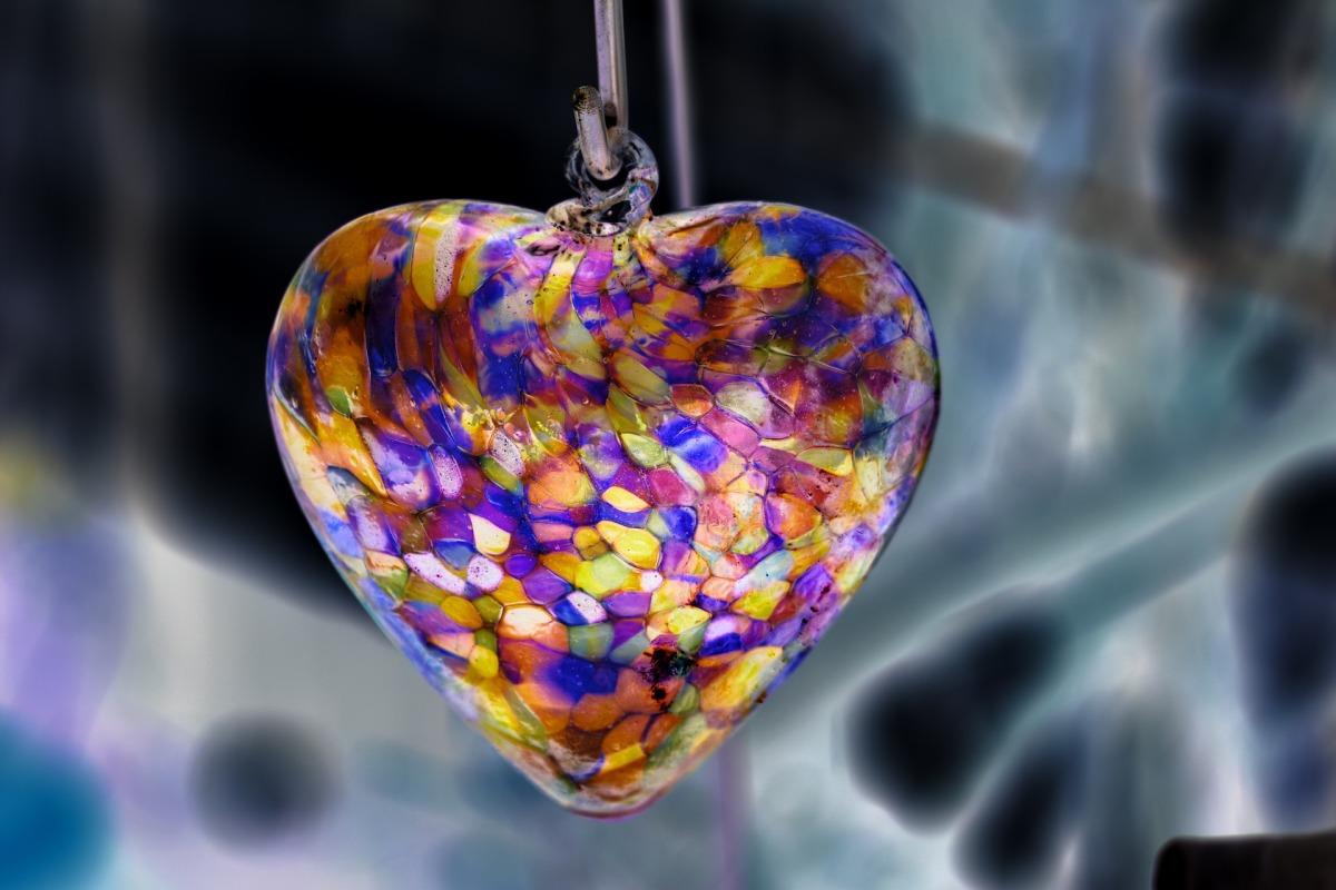 Тот, кому вы подарите что-то стеклянное, согласно примете, может разбить вам сердце