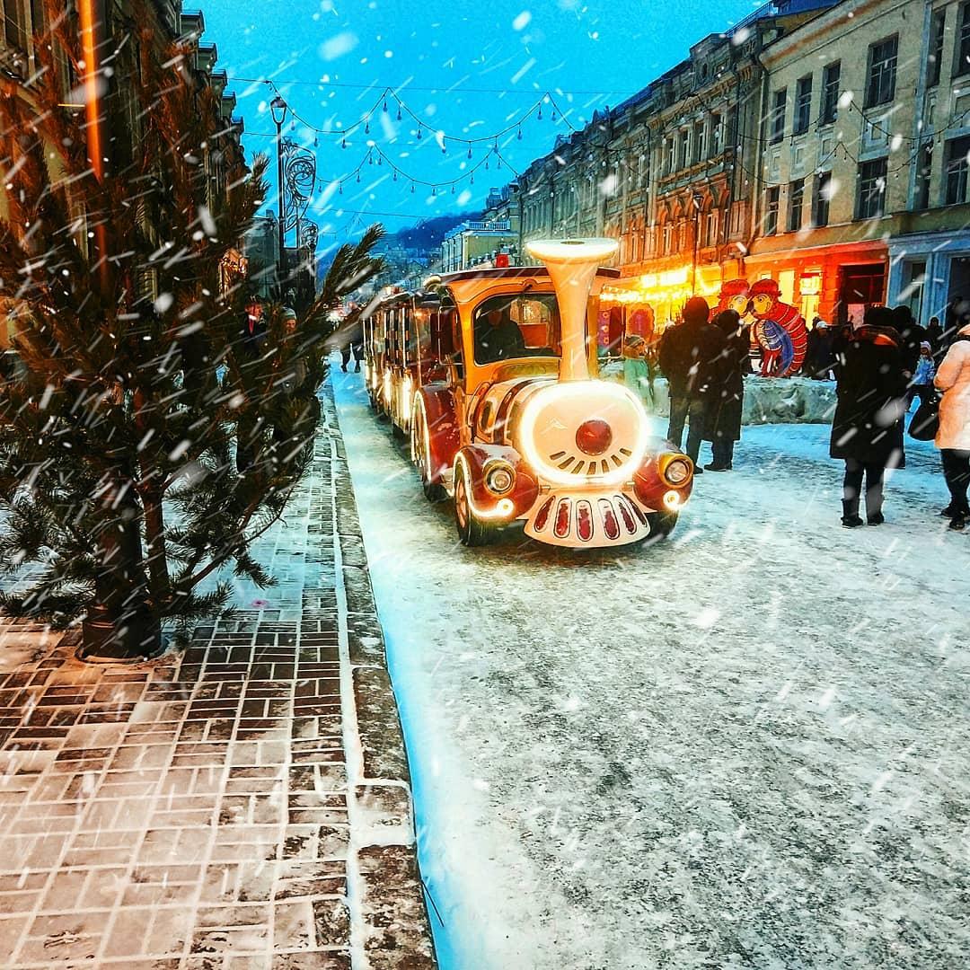 Праздничный паровозик прорывается сквозь снег, фото @vladataran